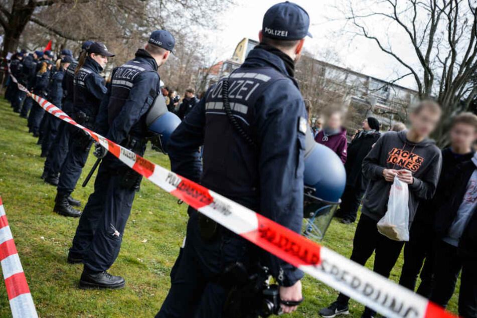 Bewaffnete Personen an Schule gesichtet, SEK und Hubschrauber im Einsatz