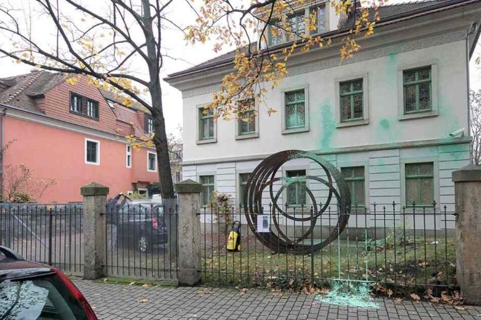 An der Fassade des Hauses sind deutlich die Spuren des Angriffs zu sehen.