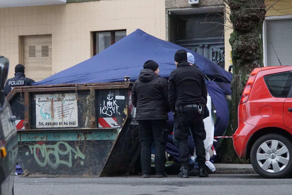 Die Polizei baute ein Sichtschutzzelt um den Fundort auf.