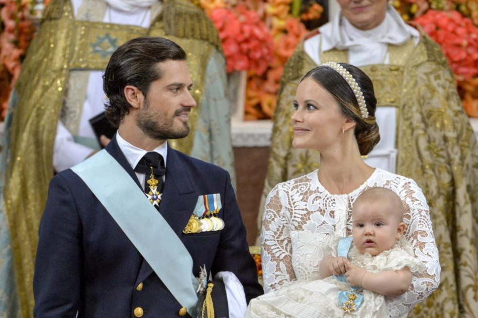 Überglückliche Eltern: Der schwedische Prinz Carl Philip und Prinzessin Sofia stehen am 9. September 2016 mit Prinz Alexander in der Palastkapelle von Drottningholm Palast in Stockholm