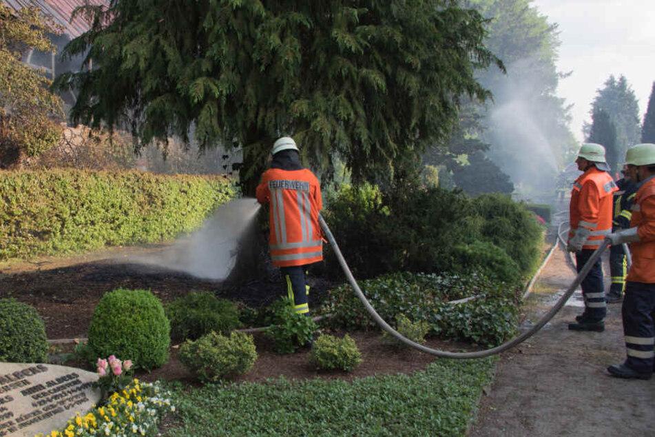 Auch Teile des angrenzenden Friedhof gerieten in Brand.
