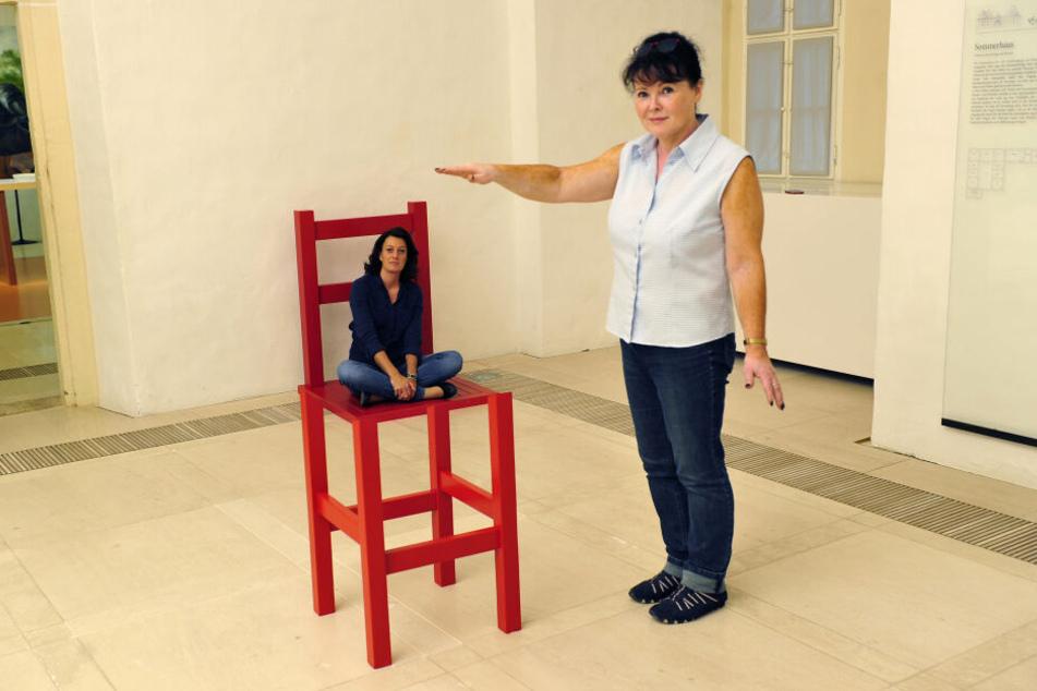 Der rote Stuhl lässt Claudia Glashauser (l.) neben Birgit Mix (56) scheinbar schrumpfen.