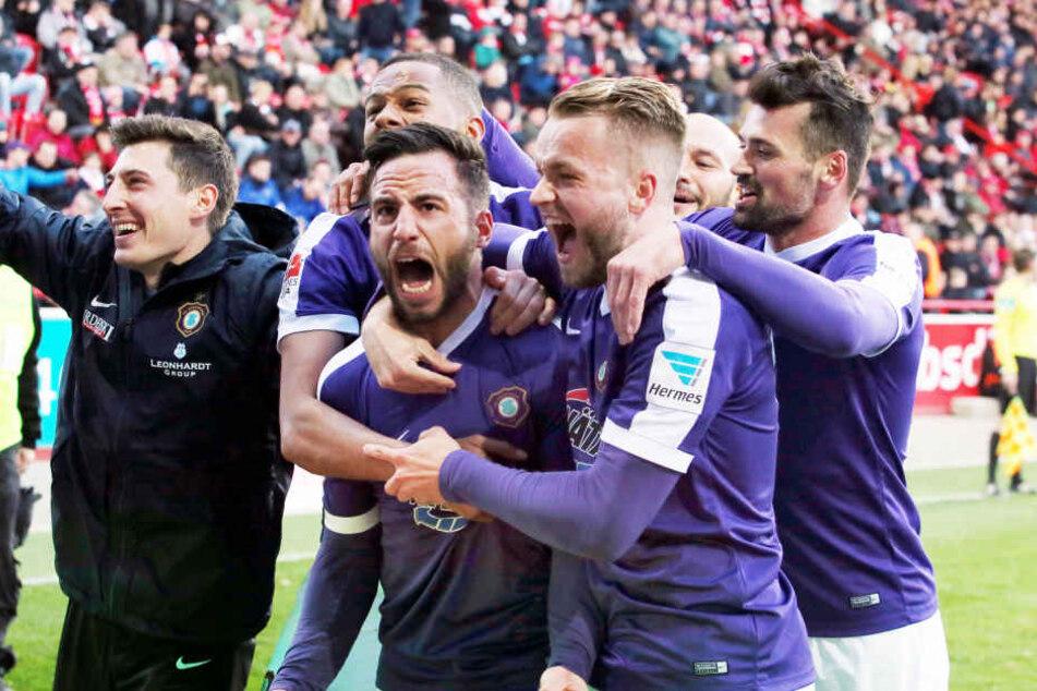 Grenzenloser Jubel: Calogero Rizzuto feiert mit seinen Teamkollegen den Treffer zum 1:0.