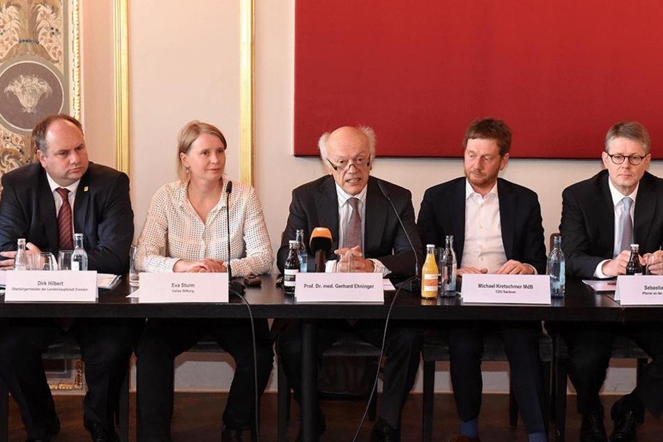 OB Dirk Hilbert (FDP, v.l.), Eva Sturm von der Cellex Stiftung, Initiator Prof. Gerhard Ehninger, CDU-Generalsekretär Michael Kretzschmar und Sebastian Feydt, Pfarrer der Frauenkirche.