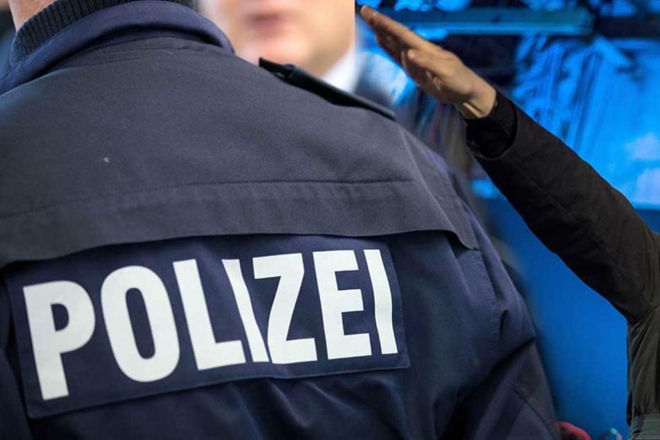Darf ein Polizist, der den Hitlergruß zeigt, Polizist bleiben?
