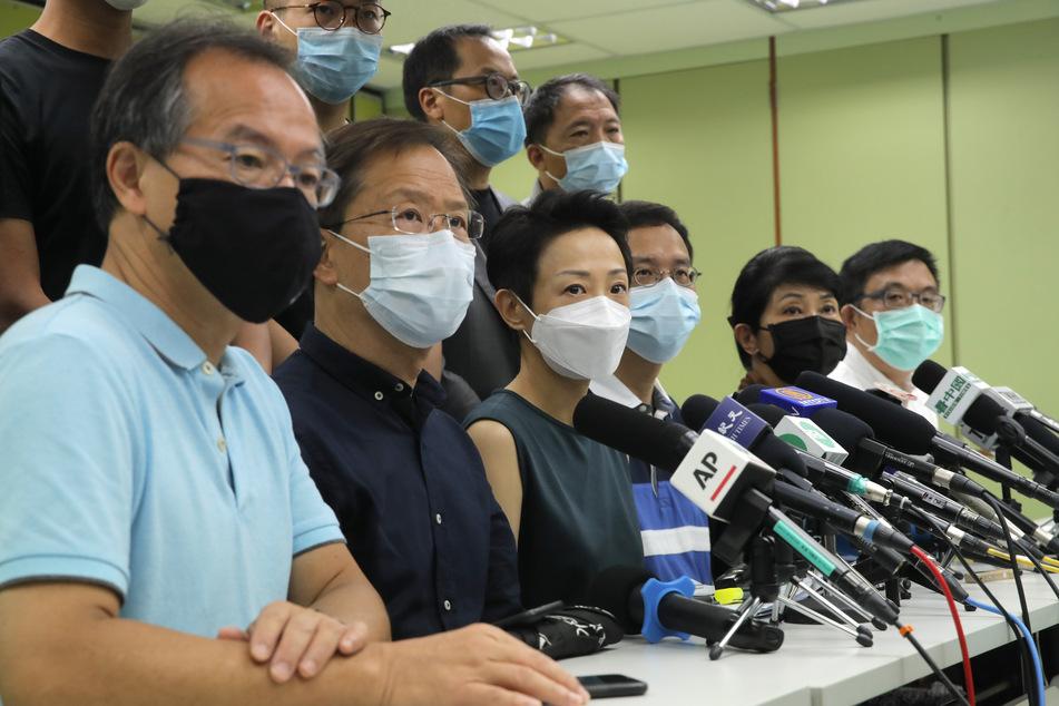 ro-demokratische Gesetzgeber nehmen an einer Pressekonferenz zum neuen Sicherheitsgesetz teil. Das neue Gesetz zum Schutz der nationalen Sicherheit in Hongkong gibt chinesischen Organen weitreichende Vollmachten in der Sonderverwaltungsregion.