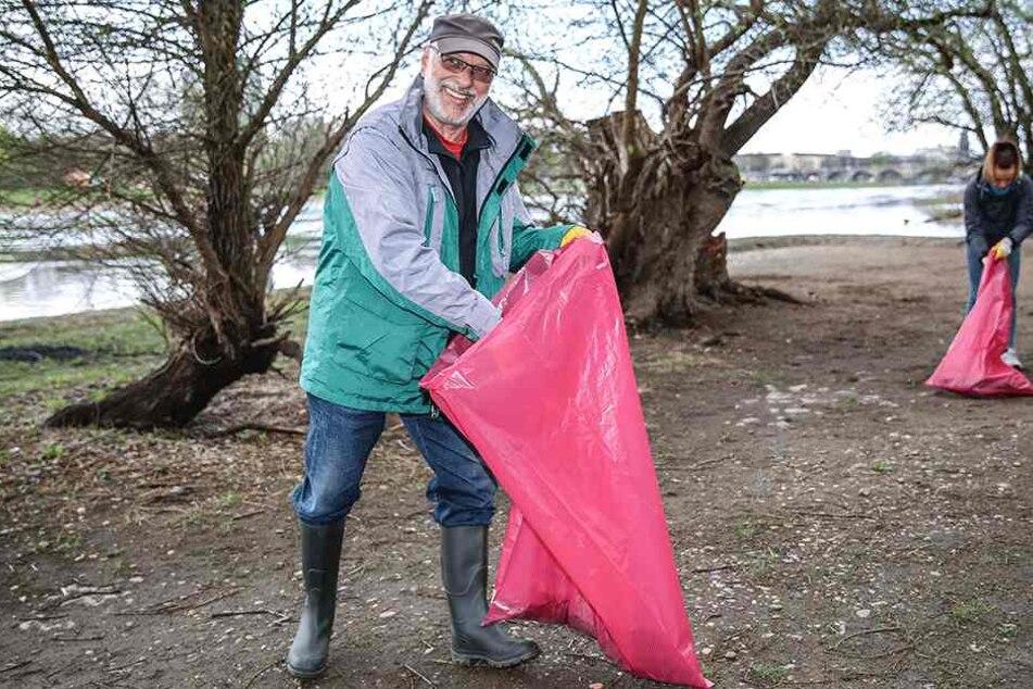 Hartmut Kotte (67) hatte nach nur zehn Minuten schon reichlich Unrat im Müllsack.
