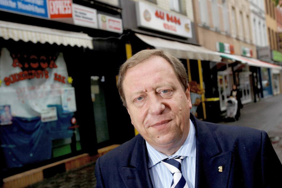 Josef Wirges, SPD-Bezirksbürgermeister von Köln-Ehrenfeld, steht vor Geschäften auf der Venloer Straße.