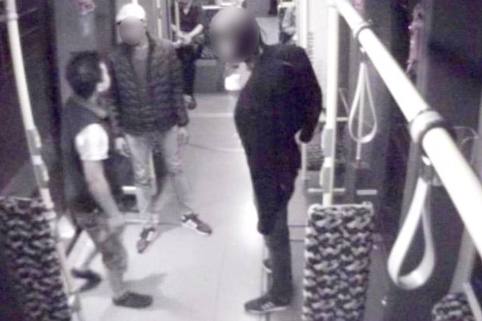 Mit den Überwachungsaufnahmen aus einer Berliner Straßenbahn sucht die Polizei nach diesem mutmaßlichen Sexualstraftäter.