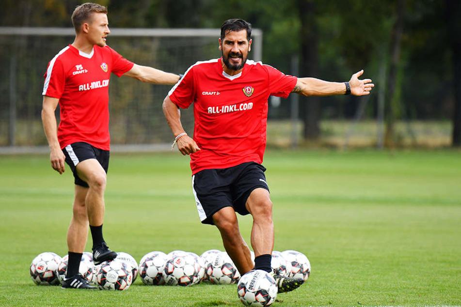 Würde heute wohl am liebsten selbst mitkicken. Cristian Fiel (r.) bringt vor Co-Trainer Felix Schimmel die Bälle ins Rollen.