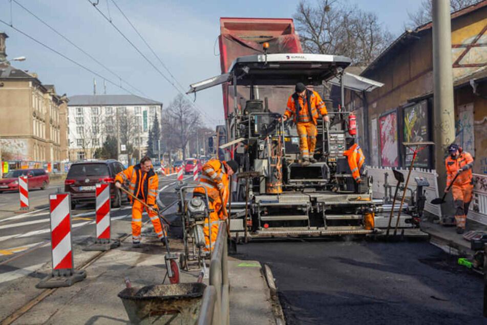 Zwischen Stauffenbergallee und Fabricestraße fräsen die Arbeiter auf einer Länge von 250 Metern den Asphalt ab und bringen eine neue Schicht auf. Die Arbeiten werden derzeit allerdings verzögert.