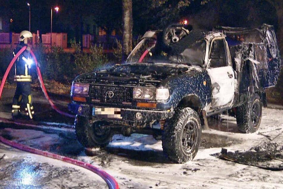 Im Waldstraßenviertel: Toyota geht in Flammen auf