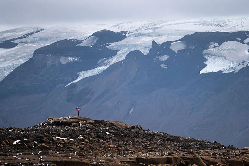 Ein Mann wandert über das Geröll am Okjökull zu einer Gedenkveranstaltung für den vergangenen Gletscher.