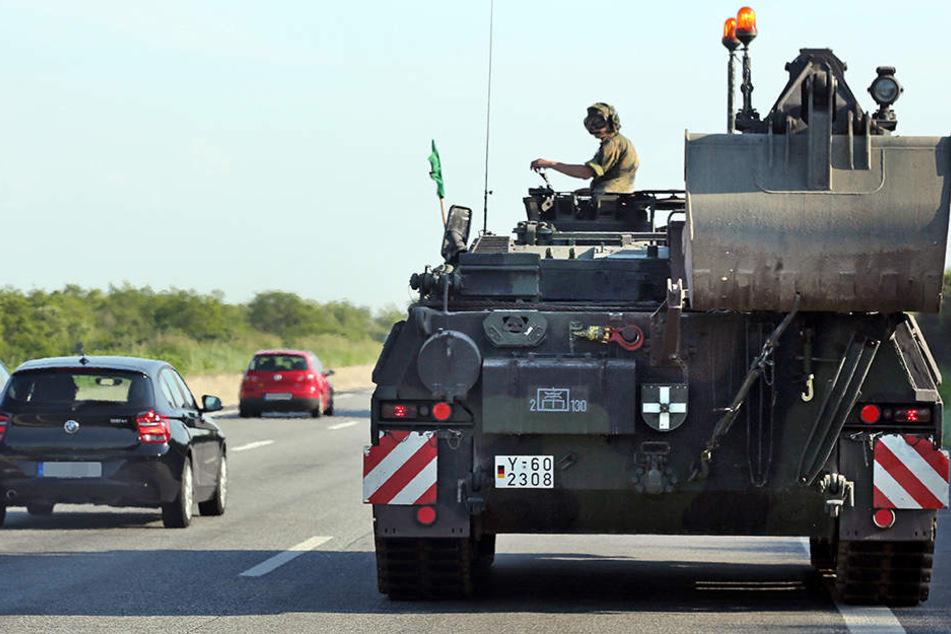 Langsame Fahrzeuge der Bundeswehr werden am Montag über Autobahnen in OWL rollen. (Symbolbild)