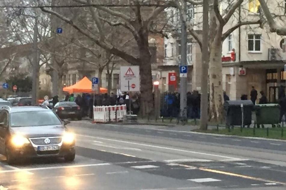 An der Fetscherstraße haben sich am Dienstagabend einige Demonstranten versammelt.