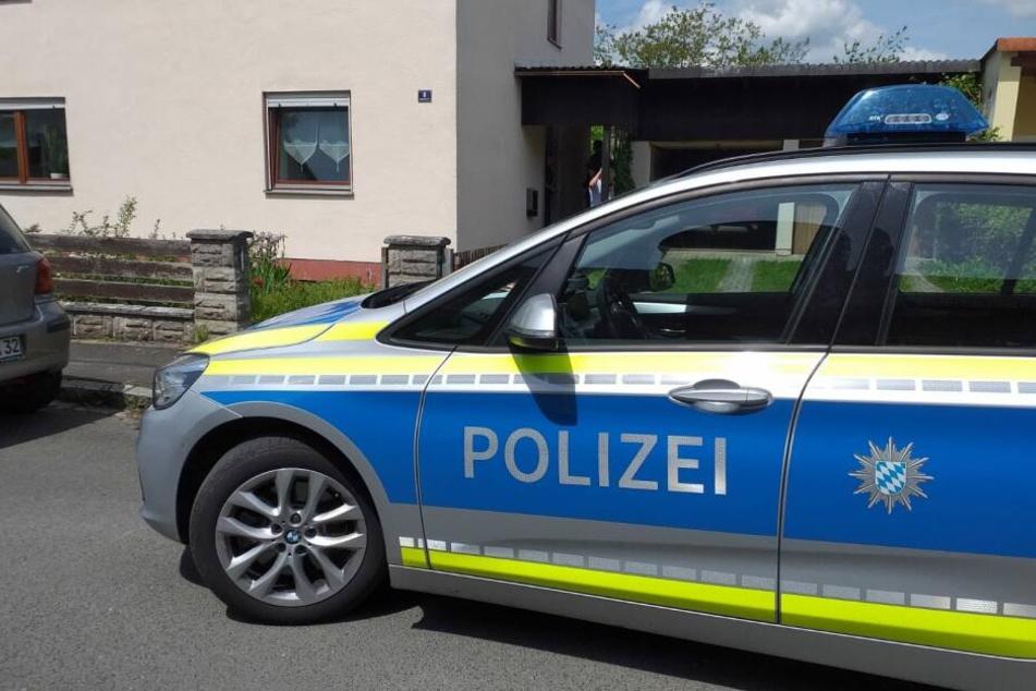 Ein Polizeiauto parkt vor dem Haus, in dem ein 57-Jähriger Mann gestorben ist.