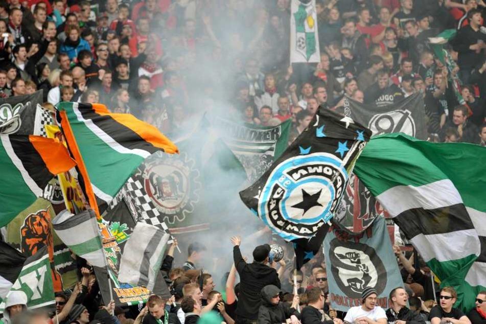 Fans von Hannover 96 zündeten vor Spielbeginn Rauchbomben.