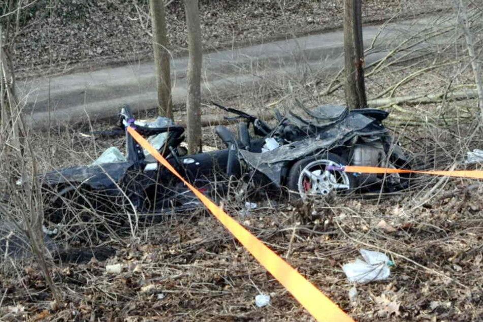 Der Sportwagen wurde bei dem Unfall komplett zerstört.