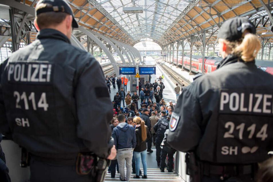 Polizisten am Lübecker Hauptbahnhof. (Archivbild)