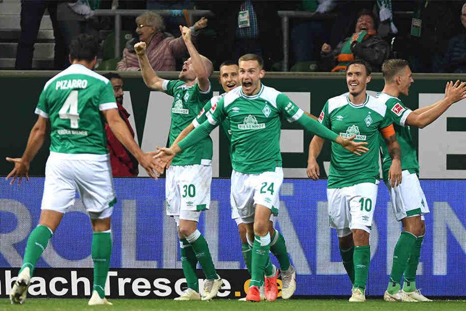 Treffen der Generation: Der 40-jährige Claudio Pizarro (l.) bereitete das Tor vom 20-jährigen Johannes Eggestein (M.) für den SV Werder Bremen vor.