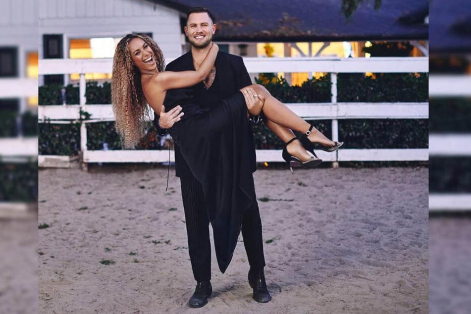 Dennis Jauch trägt seine Ehefrau Leona Lewis auf Händen.