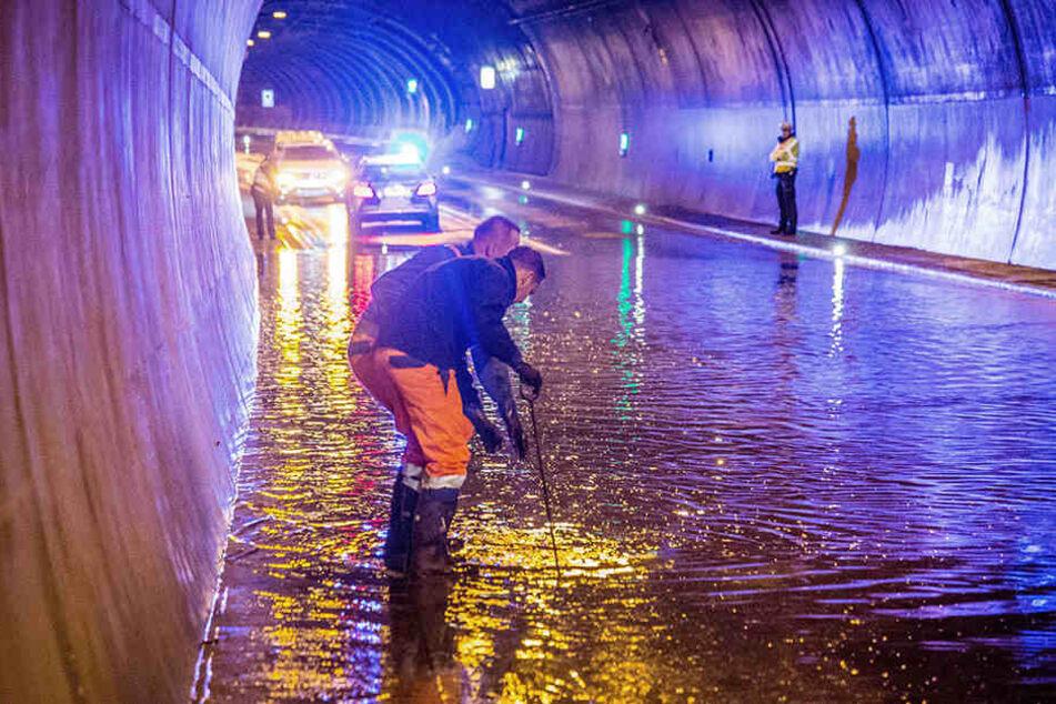 Bei den heftigen Regenfällen kann es schnell zu Überschwemmungen kommen (Symbolbild)
