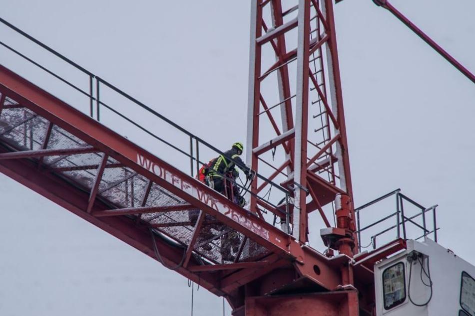 Eine Höhenrettungstruppe war im Einsatz, um den Kanführer aus seinem Kran zu retten.