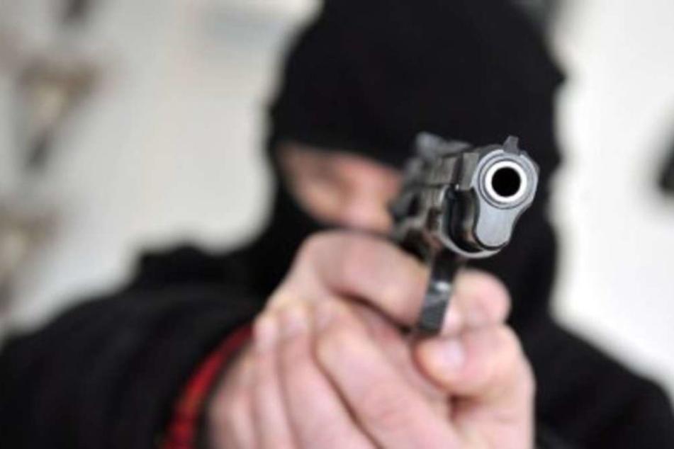 Unter einem Vorwand wurde der 14-Jährige zu einer Gruppe gelockt. dort wurde er mit einer Pistole bedroht und ausgeraubt. (Symbolbild)