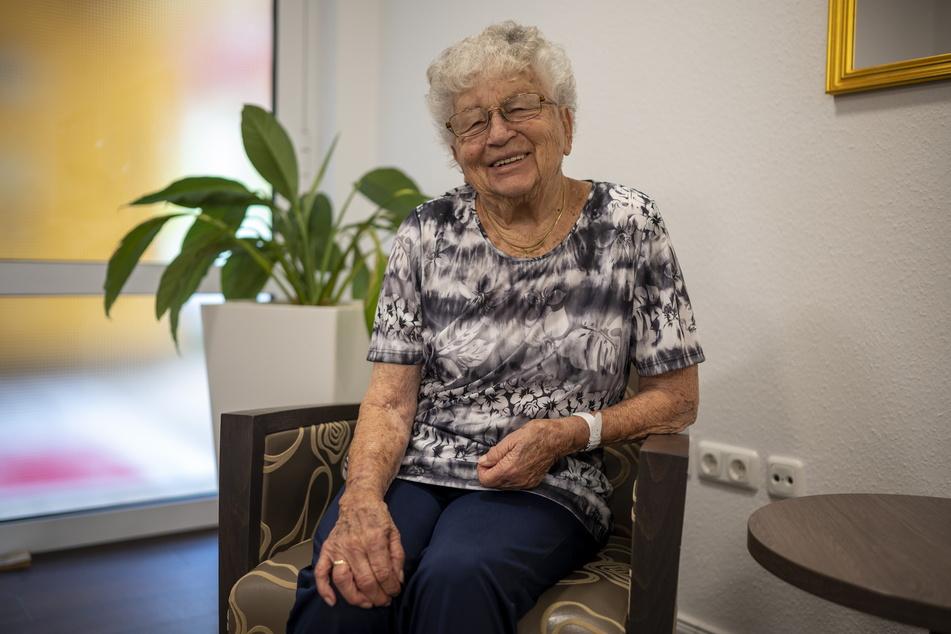 Gertraude Richter (94) freut sich auf das gemütliche Beisammensein mit anderen Heimbewohnern.