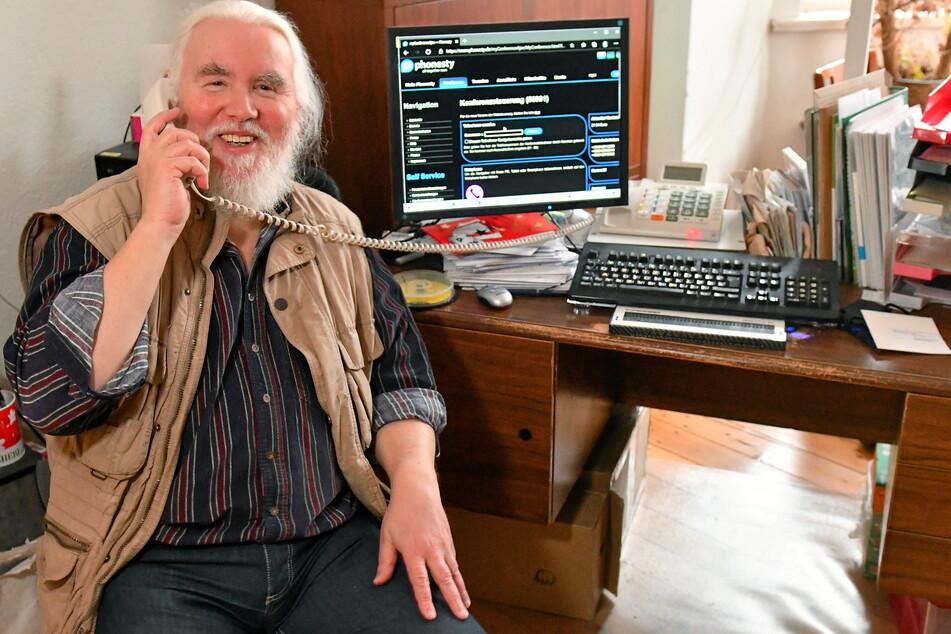 Peter Müller (66) bespricht einmal pro Woche mit Senioren Bücher am Telefon.