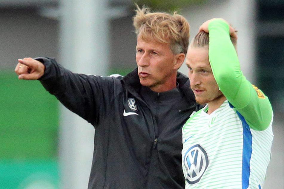 Marvin Stefaniak (r.) erhält Anwesiungen von Wolfsburg-Coach Andreis Jonker.