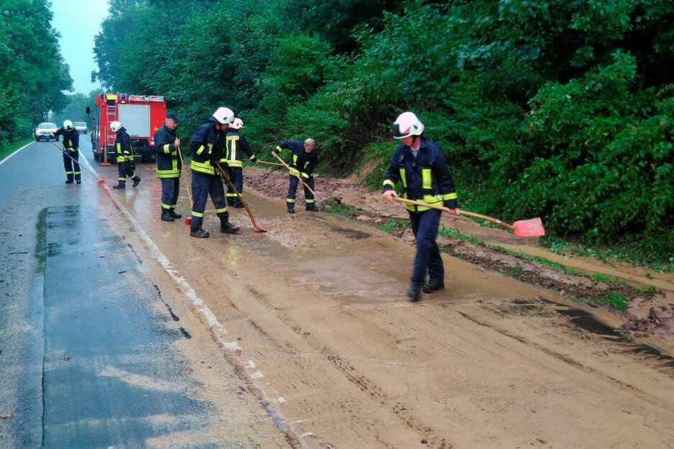 Vollsperrung auf der B6: Mit einem Radlader und vielen Schaufeln schafften  Feuerwehrleute Schlamm und Steine  beiseite.
