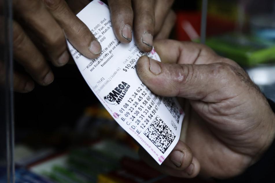 Ein Lottospieler kauft Mega Millions Lotterielose an einem Kiosk.