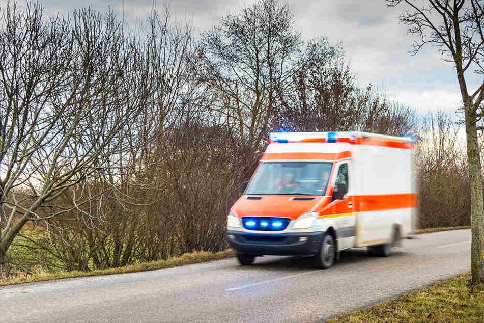 VW überschlägt sich und bleibt auf Dach liegen: Zwei Schwerverletzte