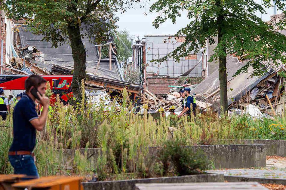 Laut Polizei sind noch immer Menschen unter den Trümmern begraben. Ein Verletzter ist bereits gerettet worden.