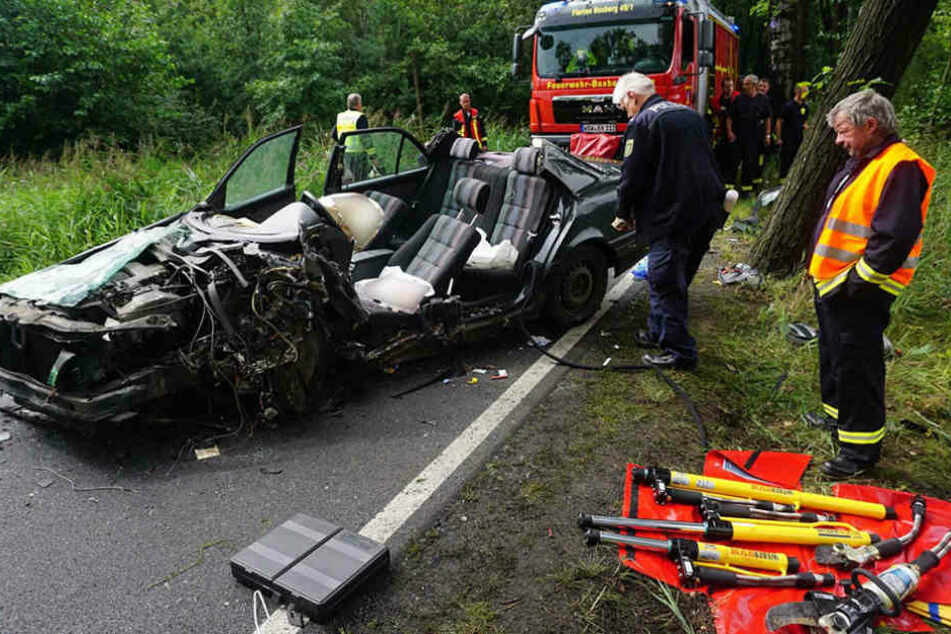Der Mercedes musste nahezu komplett auseinander geschnitten werden, um den Fahrer zu befreien.