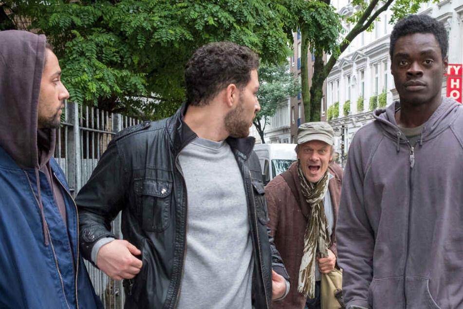 """""""Unterwerfung"""": Auf dem Weg ins Theater wird der Schauspieler Edgar Selge (Edgar Selge, Mitte hinten) von jungen Ausländern belästigt. Danach vermisst er seine Geldbörse und fasst einen übereilten Verdacht."""