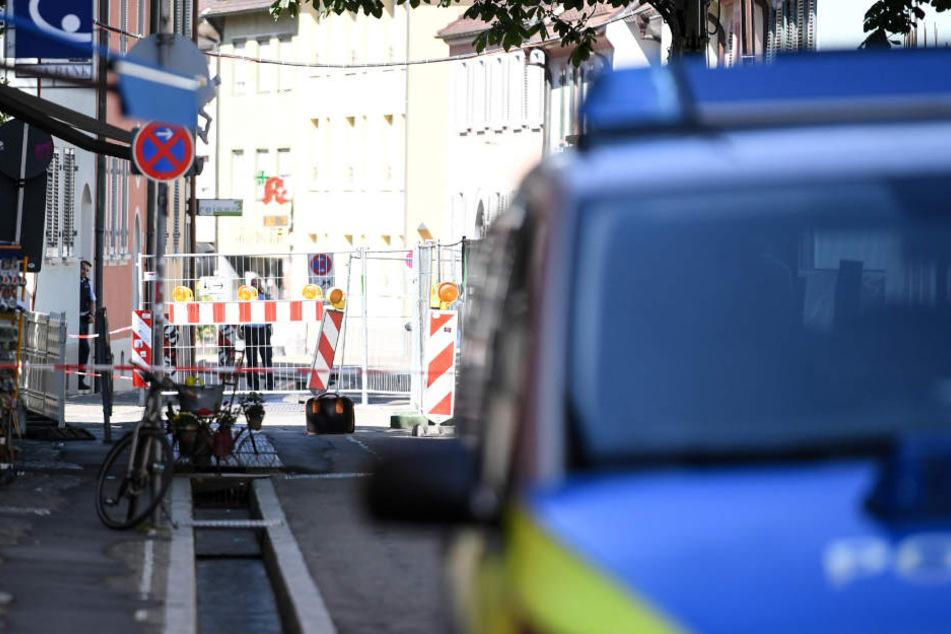 Die Polizei hatte den Bereich rund um den Koffer abgesperrt.
