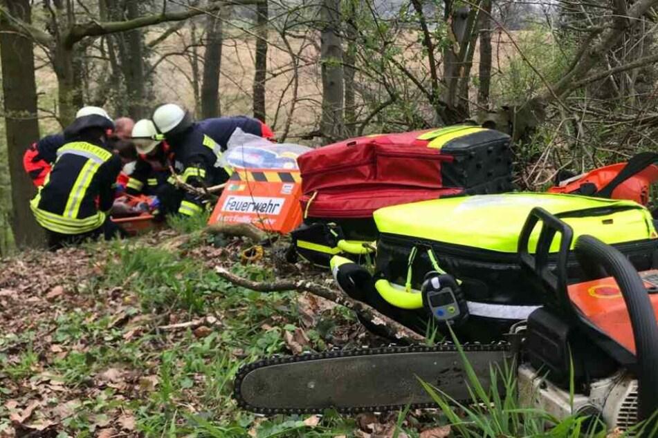 Die Feuerwehr rettete den Mann aus seiner Notlage in einem Wald.