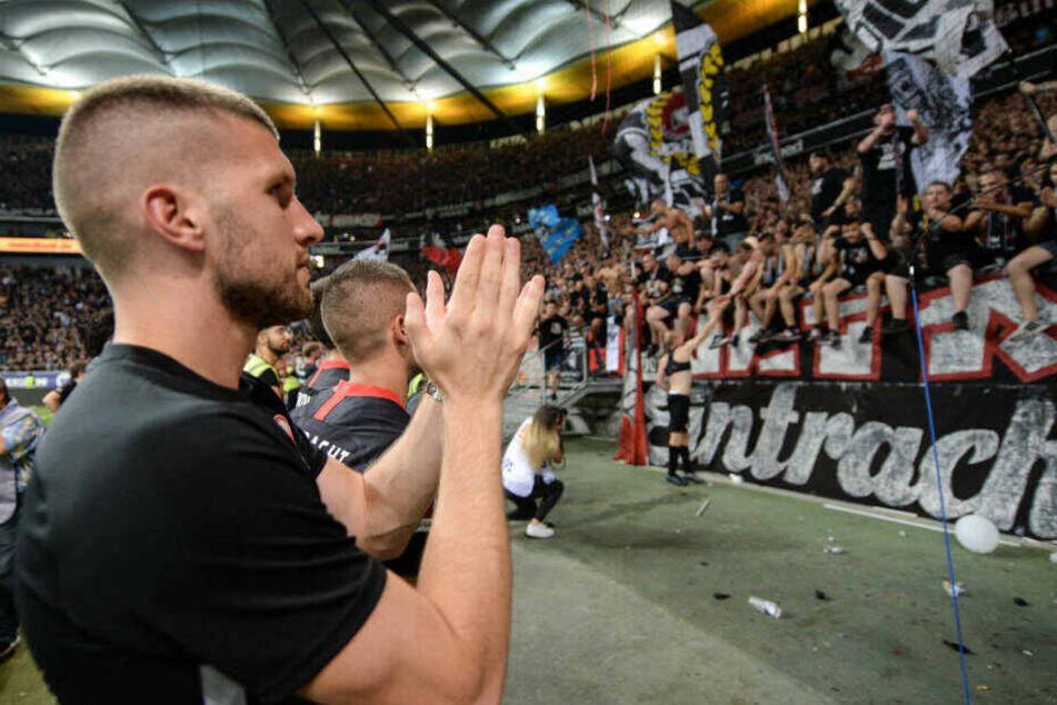 Ante Rebic bedankt sich nach dem Spiel gegen Straßburg bei den Fans. Seine Sperre nach der roten Karte wurde von von fünf auf vier Spiele reduziert.