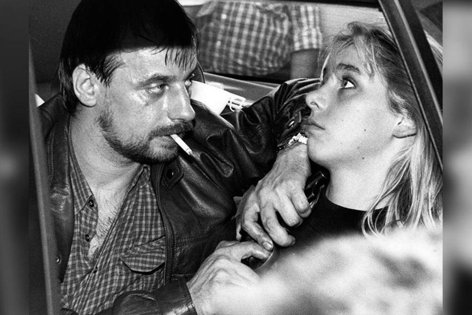 Dieter Degowski bedroht am 18. August 1988 in Köln die Geisel Silke Bischoff mit einer Waffe.