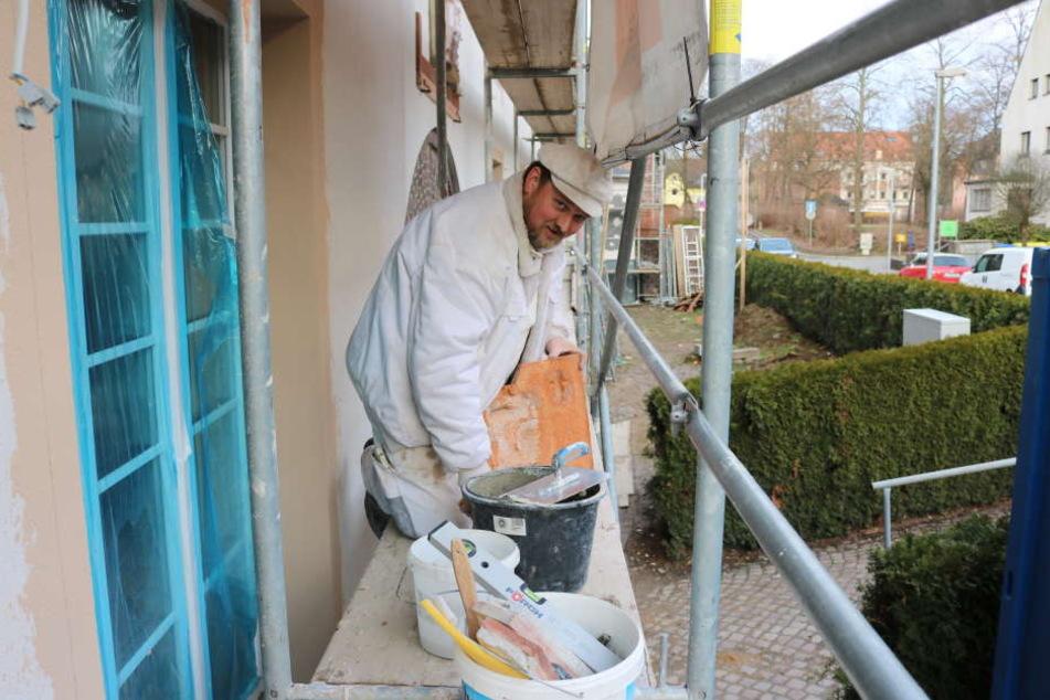 Stuckaturmeister Falko Hellner (48) restaurierte das Fassadenelement am  GGG-Haus in der Sandstraße.