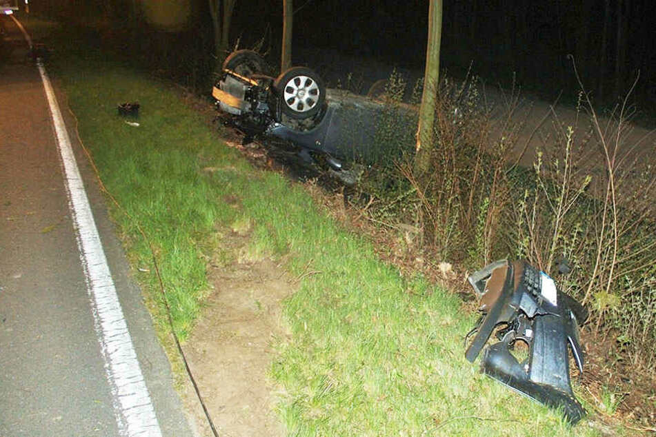 Zwei Bäume und zwei Leitpfosten rammte der 18-jährige Fahrer bei seinem Crash.