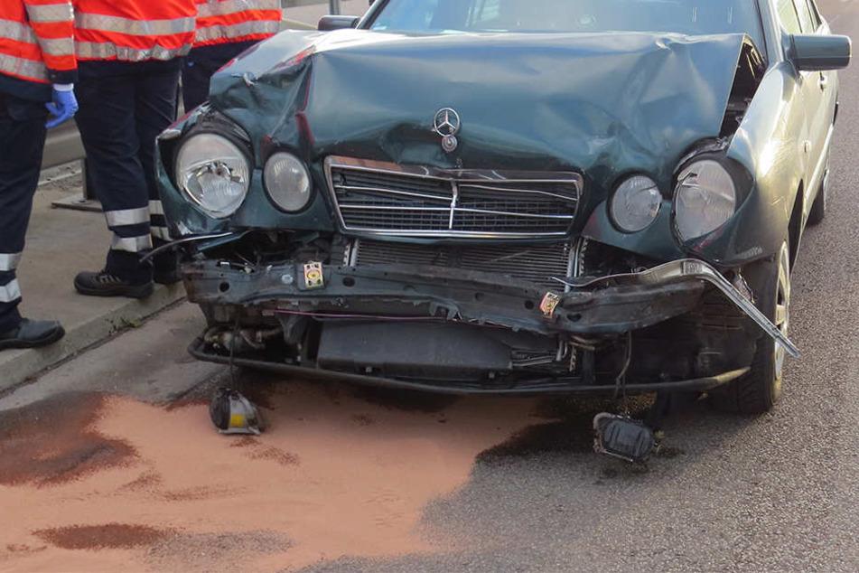 Mann verletzt sich schwer, weil Auto im Stau Plätze gut machen wollte