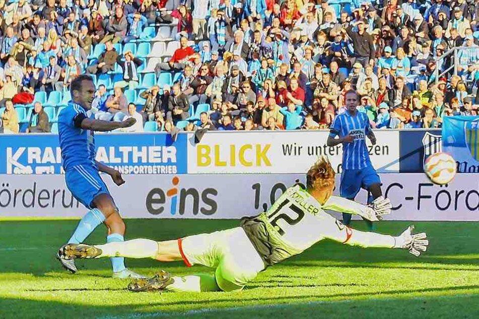 Das erste Tor für Heimkehrer Julius Reinhardt (l.)! Mit dem linken Fuß markierte der 28-Jährige am Sonntag den 4:1-Endstand gegen Mainz II.