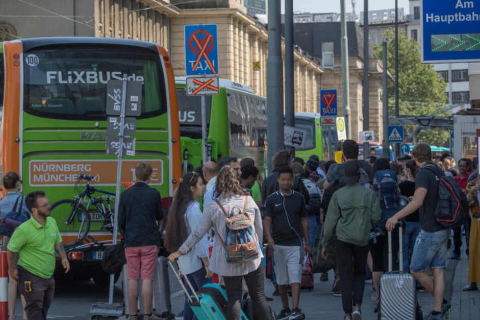 Dicht gedrängt stehen die Passagiere vor den rangierenden Bussen.