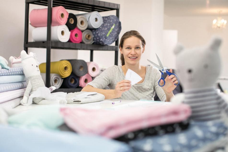 Julia Bauer (32) vertreibt in ihrem Shop selbst erstellte Schnittmuster und liefert auch gleich den passenden Stoff dazu.
