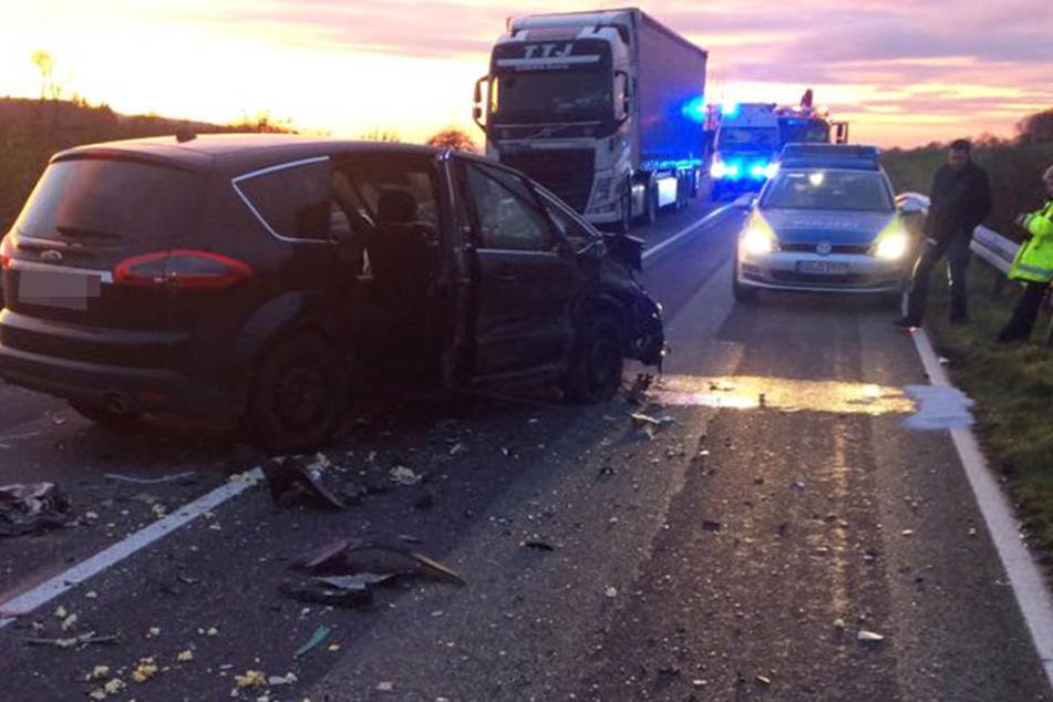 Die Polizei musste die Straße nach dem Crash sperren.