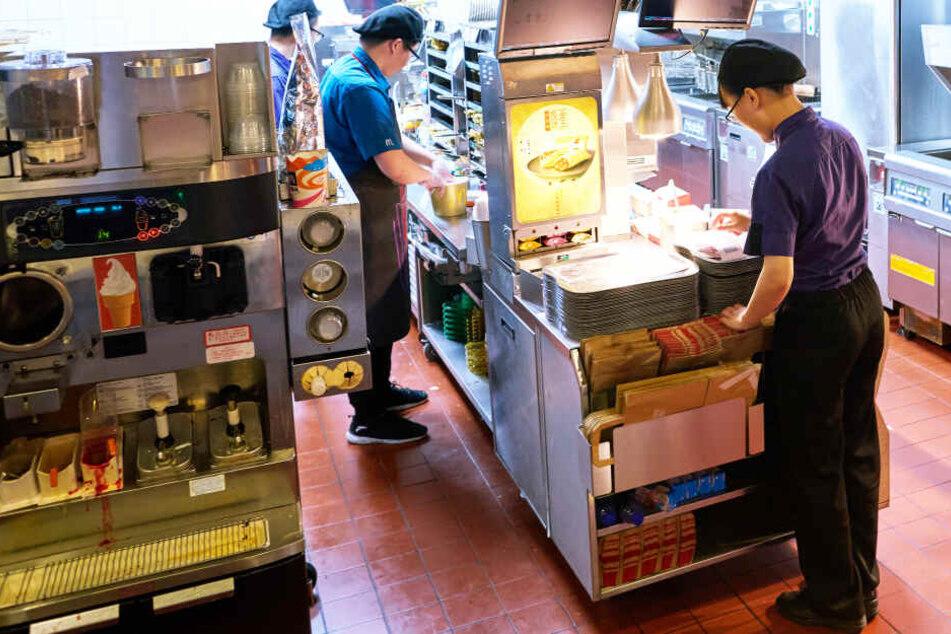 Eis-Maschinen, wie die links im Bild, sind bei McDonald's oft defekt (Symbolbild).