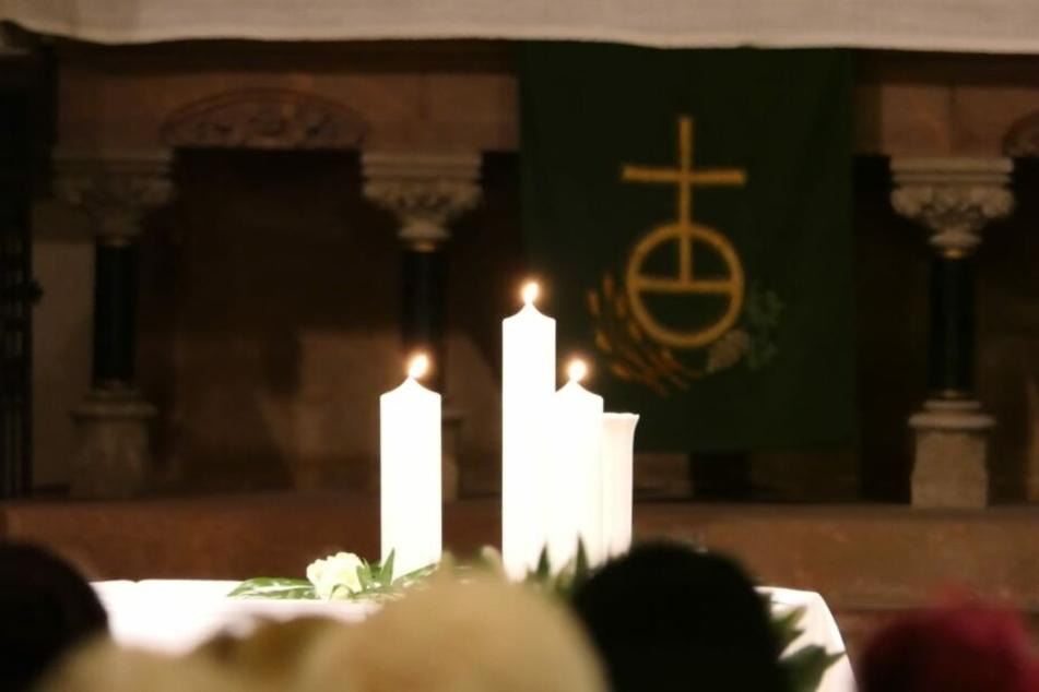 Für die drei Brandopfer wurden Kerzen entzündet.